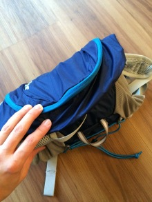 Ohne das Gestänge sollte er zusammengerollt gut in meinen gepackten Tatonka-Trekkingrucksack passen