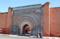Stadttor Bab Agnaou, die enge Gasse dahinter führt zur Kasbah Moschee und zu den Saadischen Gräbern