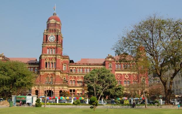 ...und am Ostausgang des Maha Bandoola Parks das imposante Gerichtsgebäude mit der Uhr, die wie Big Ben klingt