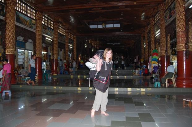 Schuhe ausziehen ist Pflicht in jeder religiösen Stätte in Myanmar