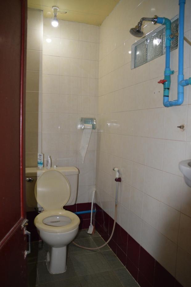 Einfaches Zimmer mit einfachem WC und Dusche- für eine Nacht aber absolut ausreichend