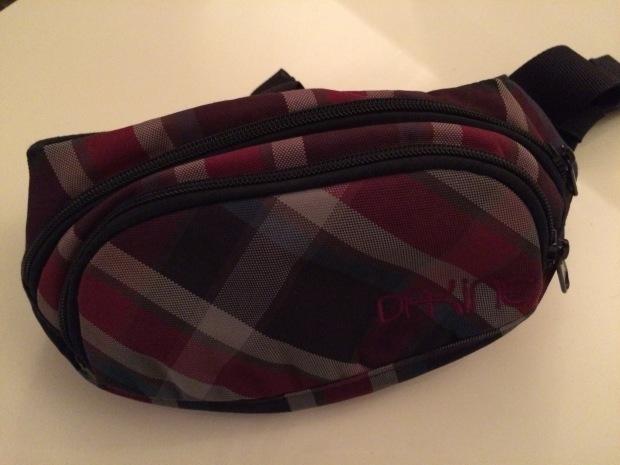 Handy, Reiseportemonai und Sonnenbrille finden auch in einem Hipbag Platz.