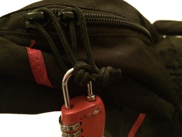 Ein Zahlenschloss kann helfen den Rucksack- oder Tascheninhalt vor ungewollten Zugriffen zu schützen.