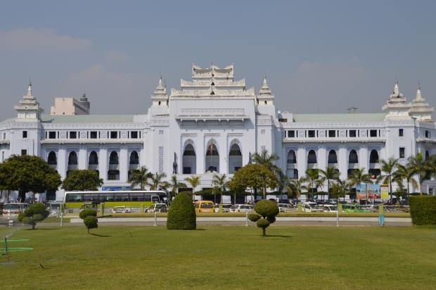 Neben der Pagode findest du auch die City Hall von Yangon
