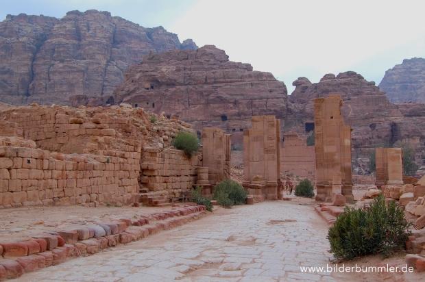 ...von dort aus kannst du einen schmalen Wanderweg nehmen, den Wadi Mataha überqueren und auf der Kolonadenstraße weiterlaufen