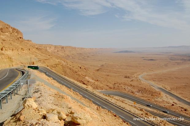 In Serpentinen schlängelt sich die Route 40 hinter Mitzpe Ramon den Krater hinab.
