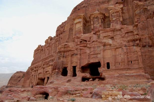 Rechts oben neben dem Hauptweg findest du die imposanten Königsgräber