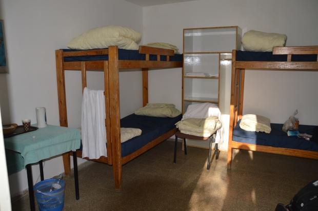 Übernachtungsbeispiel: Bett im Sechsbettzimmer mit Gemeinschaftsbad in En Gedi. Kostenpunkt: 136 NIS p.P. inkl. Frühstück