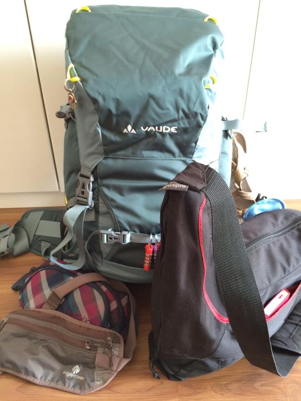 Und fertig ist das Handgepäck: Der Rucksack wird zusammengezurrt, so dass er in die entsprechenden Maße passt. Die Kameratasche ersetzt die Handtasche und um das Hipbag hat sich eh noch nie jemand geschert.