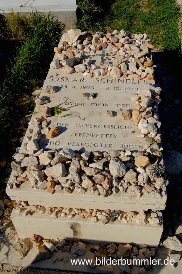 Gegenüber vom Davidstor findest du Oskar Schindlers Grab. Der Friedhof wurde nach ihm benannt.