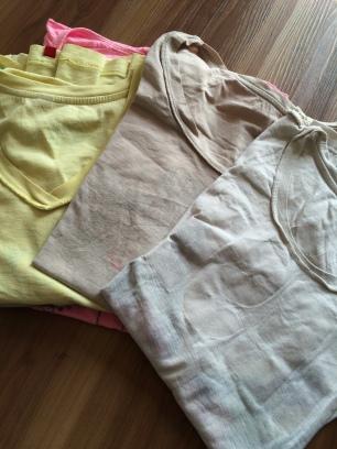 4- 5 T-Shirts reichen! Notfalls wird eben gewaschen.